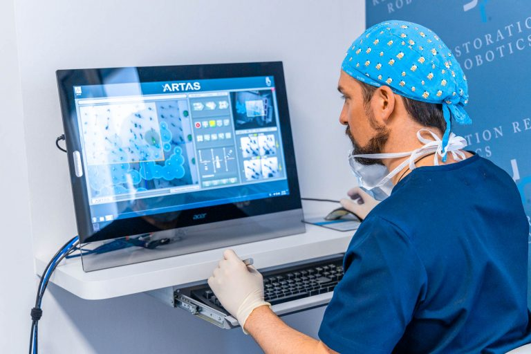 Il dr. Jonatann Gatti alla console prima di un intervento di trapianto di capelli