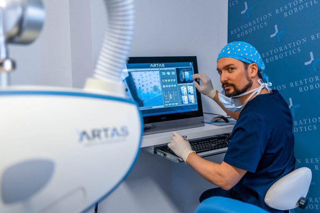 Il dr. Jonatann Gatti alla console prima di un intervento di trapianto di capelli con il sistema robotizzato ARTAS